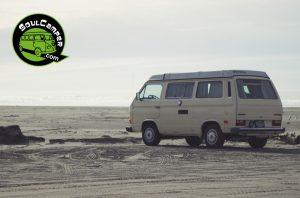 ¿Puedo acampar en la playa con mi furgoneta?
